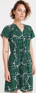Zielona sukienka Reserved z krótkim rękawem w stylu casual z dekoltem w kształcie litery v