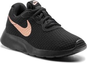 Czarne buty sportowe Nike z płaską podeszwą tanjun w sportowym stylu