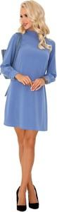 Niebieska sukienka MERRIBEL z długim rękawem trapezowa z golfem