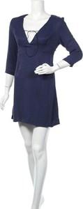 Sukienka La Petite Française z długim rękawem z dekoltem w kształcie litery v prosta