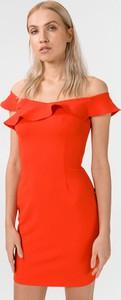 Czerwona sukienka Guess z dekoltem w łódkę z krótkim rękawem
