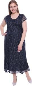 Niebieska sukienka modneduzerozmiary.pl z okrągłym dekoltem z krótkim rękawem