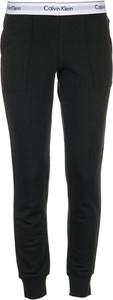 Spodnie sportowe Calvin Klein w młodzieżowym stylu z dresówki