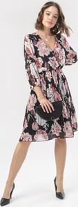 Czarna sukienka born2be z długim rękawem z dekoltem w kształcie litery v mini