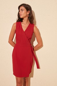 Sukienka Trendyol bez rękawów z dekoltem w kształcie litery v