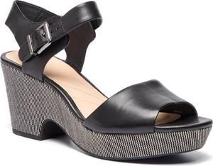 Czarne sandały Clarks na obcasie z klamrami