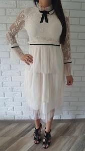 Sukienka Lily Mcbee z żabotem z tiulu z długim rękawem