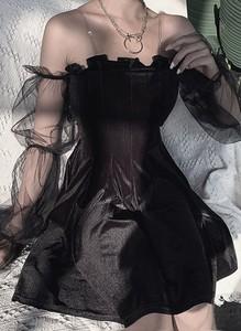 Czarna sukienka Cikelly z długim rękawem w geometryczne wzory dopasowana