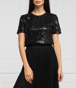 Czarna bluzka DKNY z krótkim rękawem z okrągłym dekoltem