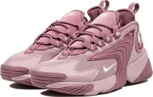 78382c03b269 Różowe buty sportowe Nike w sportowym stylu