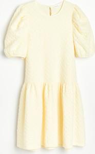 Żółta sukienka Reserved z okrągłym dekoltem z dzianiny trapezowa