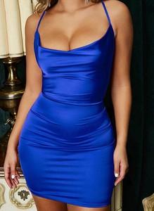 Niebieska sukienka Arilook dopasowana z dekoltem w kształcie litery v