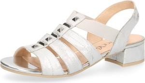Sandały Caprice z tkaniny na niskim obcasie w stylu boho