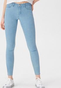 Niebieskie jeansy Sinsay z jeansu w street stylu