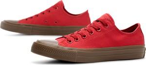 Czerwone trampki Converse z płaską podeszwą