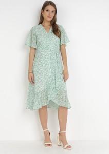 Zielona sukienka born2be z krótkim rękawem trapezowa z dekoltem w kształcie litery v