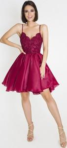 Czerwona sukienka Marcelini z odkrytymi ramionami