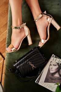 Czarne sandały Laura Messi z klamrami