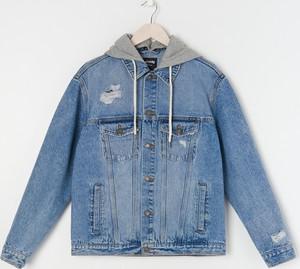 Niebieska kurtka Sinsay w młodzieżowym stylu