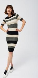 Sukienka Moodo dopasowana midi z krótkim rękawem