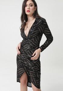 Czarna sukienka born2be z długim rękawem w stylu glamour kopertowa