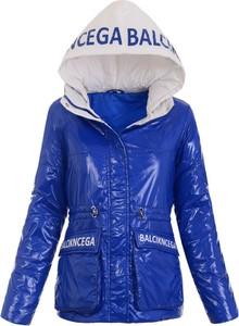 Niebieska kurtka brendi.pl w sportowym stylu