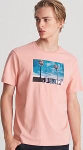 Różowy t-shirt Reserved z krótkim rękawem z nadrukiem w młodzieżowym stylu