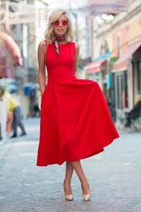 Czerwona sukienka Ivet.pl z bawełny z okrągłym dekoltem rozkloszowana