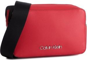 c498611680cb9 Torebka Calvin Klein średnia na ramię w młodzieżowym stylu