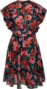 Sukienka Guess rozkloszowana z krótkim rękawem w stylu casual