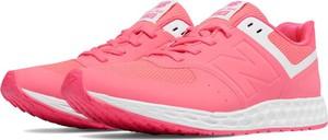 Różowe buty sportowe New Balance w street stylu