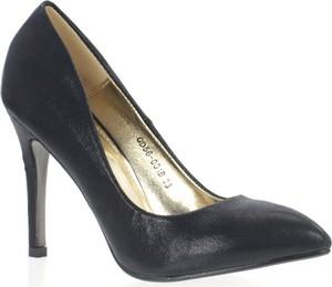 Czarne szpilki Royalfashion.pl ze spiczastym noskiem w stylu klasycznym na szpilce