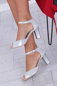 Srebrne sandały Casu z klamrami