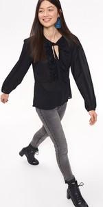 Czarna koszula Troll z żabotem z długim rękawem