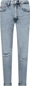 Jeansy Tommy Jeans w street stylu