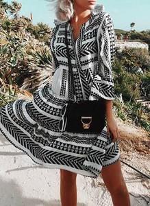 Sukienka Cikelly w geometryczne wzory z dekoltem w kształcie litery v z długim rękawem