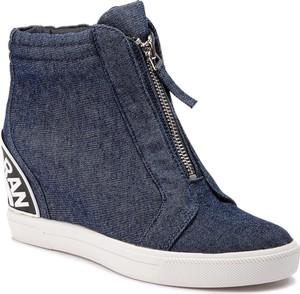 Sneakersy DKNY w młodzieżowym stylu na koturnie