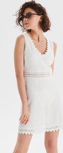 Sukienka Cropp z dekoltem w kształcie litery v w stylu casual bez rękawów