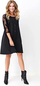 Czarna sukienka Makadamia z okrągłym dekoltem z długim rękawem