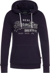 Granatowa bluza Superdry w młodzieżowym stylu