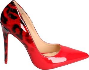 Czerwone szpilki Vices w stylu glamour