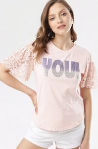 Różowa bluzka born2be z krótkim rękawem z okrągłym dekoltem w stylu casual