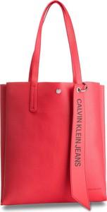 61188db81b68d Czerwona torebka Calvin Klein z breloczkiem na ramię duża
