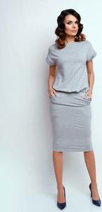 Sukienka Nommo dopasowana midi z krótkim rękawem