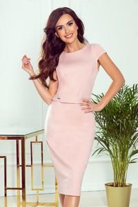 Różowa sukienka NUMOCO ołówkowa z krótkim rękawem