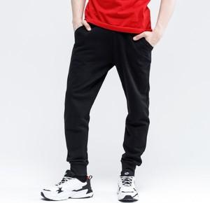 Czarne spodnie sportowe Umbro