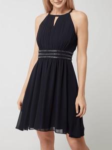 Czarna sukienka Jake*s z okrągłym dekoltem rozkloszowana z szyfonu