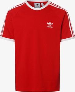 Czerwony t-shirt Adidas Originals w sportowym stylu
