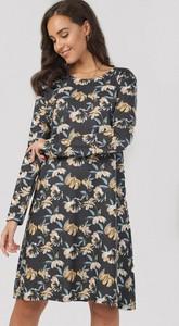Granatowa sukienka born2be z okrągłym dekoltem mini trapezowa