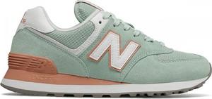 Niebieskie buty sportowe New Balance na koturnie w sportowym stylu